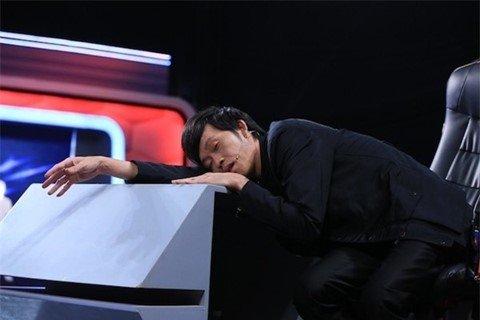 Danh hài thường bị bắt gặp ngủ gục mỗi khi ngừng quay chương trình.