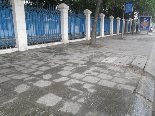 Vỉa hè đường Nguyễn Văn Linh vẫn còn tốt như trong ảnh nhưng đã bị phá đi, thay gạch mới
