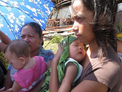 Mòn mỏi chờ cứu trợ trong khi xác người chết ở Philippines đang được thu rọn.