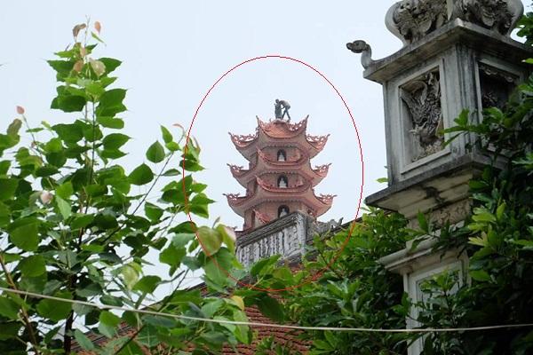 Thanh niên nghi ngáo đá trèo lên bảo tháp đập phá