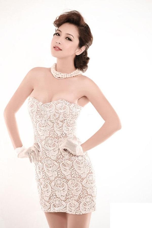 Hiện tại, bà mẹ hai con vẫn là một trong những mỹ nhân tiếng tăm của showbiz Việt. Dù đã 31 tuổi nhưng nhan sắc của Jennifer Phạm không thua kém bất kỳ đàn em trẻ tuổi nào.