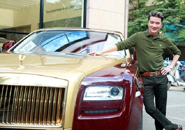 Trong bộ sưu tập xe hơi của Đàm Vĩnh Hưng, gây chú ý nhất là chiếc siêu xe dòng Roll Royces được mạ vàng ở các bộ phận như tay cầm, khung xe. Chiếc xe có giá khoảng 40 tỷ đồng.