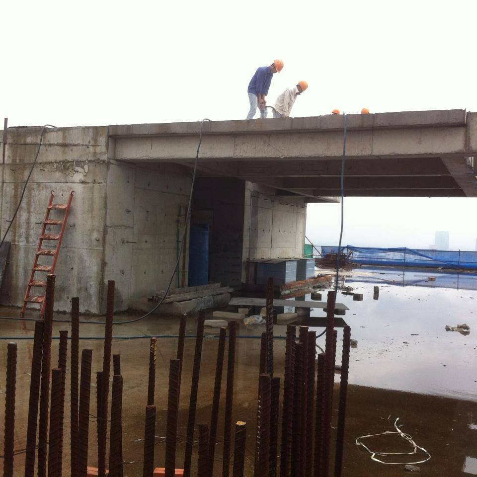 Công nhân đang tự tháo dỡ tại công trình 8B Lê Trực
