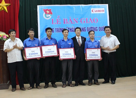 Canon Viet Nam hỗ trợ thắp đèn ở các đường quê nông thông tỉnh Bắc Ninh