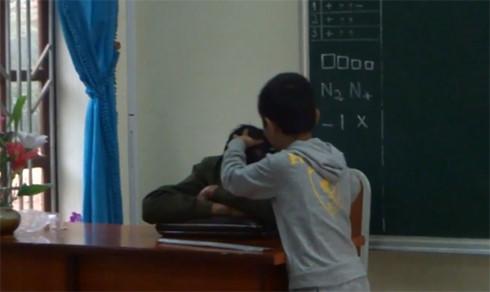 Thầy giáo để học sinh nhổ tóc bạc trong giờ học