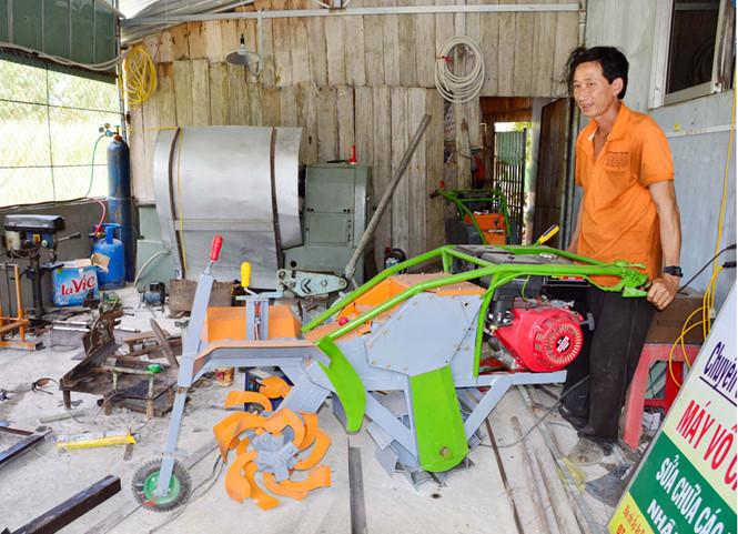 Thầy Nưng bên sáng chế máy làm đất mía giúp tăng năng suất lao động, giảm chi phí