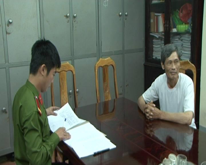 Bùi Văn Chính (áo trắng) dù đã thay tên, đổi họ vẫn không trốn được tội ác