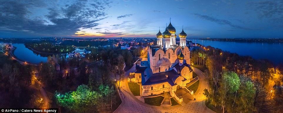 """Saratov – Thành Phố Cổ Kính Nước Nga: Saratov lúc đầu là một tiền đồn biên ải của Đế quốc Nga. Đến cuối thế kỷ thứ 16, Đế quốc Nga đánh bạn đội quân của các hãn Kazan và Astra¬khan, tăng cường sức mạnh của mình bằng việc xây dựng các pháo đài Samara và Saratov, biên giới nước Nga kéo dài tới bờ Nam sông Volga. Cư dân bản địa ở đây phần lớn là những người Tác-ta chung sống hòa bình với những """"kẻ xâm lược"""". Cái tên """"Saratov"""" trong tiếng Nga có lẽ được bắt nguồn từ từ Sary Tau trong tiếng Tác-ta, nghĩa là """"ngọn núi màu vàng"""", bởi lẽ bao quanh thành phố là những đồi cát như biên giới của nó.Dọc theo con phố, sẽ tìm thấy quảng trường rộng lớn Sobornaya Ploshad (""""Quảng trường Thánh đường""""). Thánh đường rộng lớn Alexandros Nevsky bị phá hủy vào đầu những năm của thời kỳ Xô-viết, tuy nhiên khu vực xung quanh quảng trường này vẫn còn nguyên vẹn như nhạc viện, mang phong cách kiến trúc Gô-tích và giống như một tòa lâu đài trong truyện cổ tích. Niềm tự hào của Saratov này không chỉ là nhạc viện đẹp nhất nước Nga mà còn là nhạc viên cổ thứ ba của Nga sau Moskva và Saint-Petersburg."""