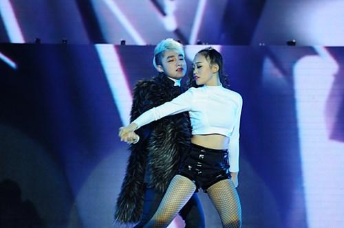 Liveshow 4 The remix 2015 Sơn Tùng mang hit Nắng ấm xa dẫn trình diễn khán giả