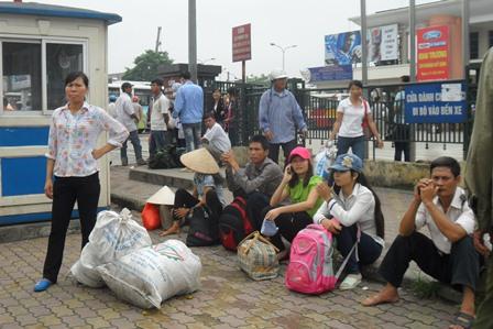 Hàng nghìn sĩ tử cùng phụ huynh đổ về Hà Nội để chuẩn bị cho đợt một kì thi Đại học 2014