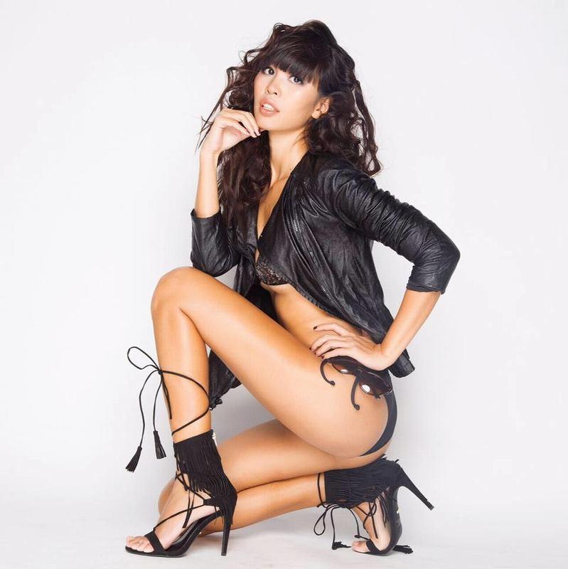 Bên cạnh những bộ bikini màu trắng, Hà Anh cũng yêu thích những bộ màu đen huyền bí và hấp dẫn như thế này