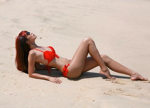 Hay bộ bikini màu đỏ rực rỡ như thế này. Cô nàng thường diện bikini để nằm dài trên bãi biển, tha hồ tạo dáng, cũng là cách chân dài này thư giãn