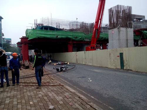 Sắt dùng cho xây dựng nhà ga tuyến đường sắt trên cao đoạn Hà Đông rơi xuống dòng người đang lưu thông khiến ít nhất một người thiệt mạng