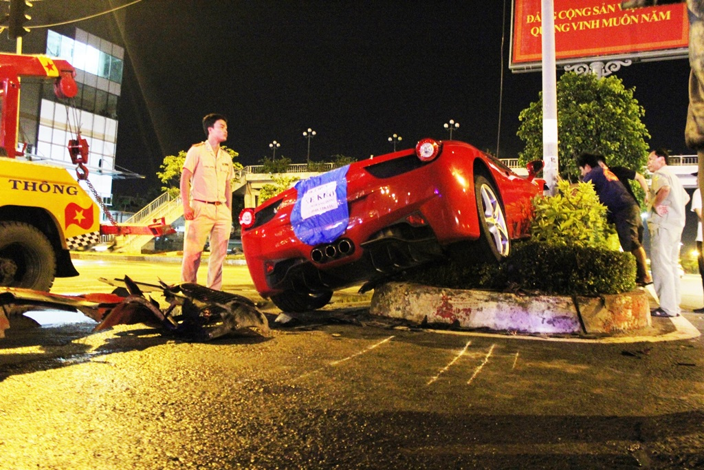 Cảnh sát giao thông TPHCM có mặt tại hiện trường vụ tai nạn giao thông để 'giải cứu' siêu xe Ferrari tiền tỷ