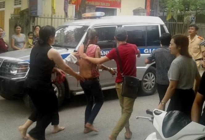 Lực lượng chức năng đến hiện trường điều tra vụ thiêu sống người dã man ở Quảng Trị.