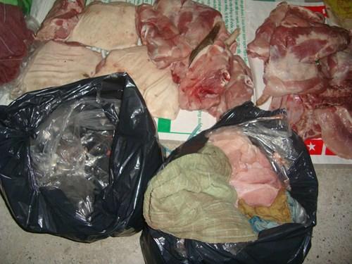 Số thịt heo bốc mùi hôi thối trên chuyến xe khách 16 chỗ BKS 60B-004.20