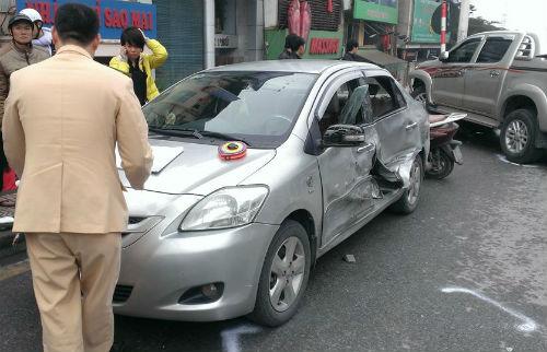Chiếc ô tô Toyota Vios bị hư hỏng nặng sau vụ tai nạn liên hoàn ở Hà Nội