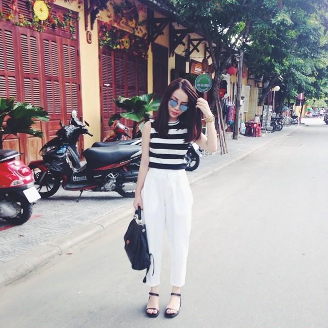Yến Trang sành điệu khi kết hợp áo thun kẻ trắng đen với quần baggy trắng