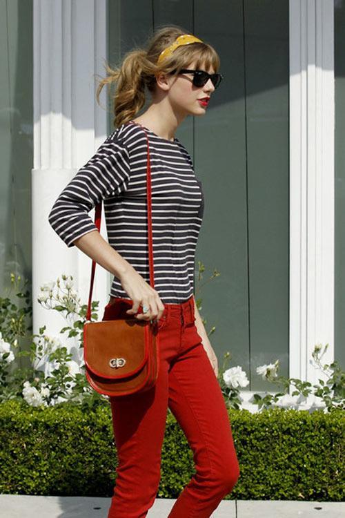 áo thun kẻ và skinny đỏ kết hợp ăn ý cho bạn gái nét trẻ trung và nổi bật