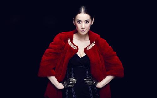 Áo lông dày dặn giúp phái đẹp đối phó thời tiết lạnh giá những vẫn giữ được vẻ đẹp cá tính