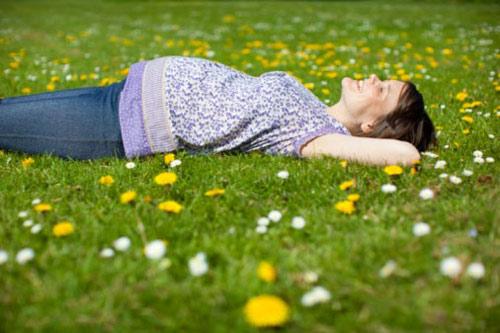 Thói quen có hại cho sức khỏe bà bầu là thường xuyên nằm ngửa