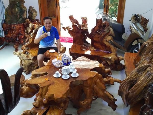 Trong phòng khách của đại gia Trương Quốc Sỹ ở Quảng Nam có một bộ bàn ghế từ gốc gỗ huỳnh đàn hay còn gọi là sưa đỏ quý hiếm được chủ nhân coi như 'báu vật để đời'.