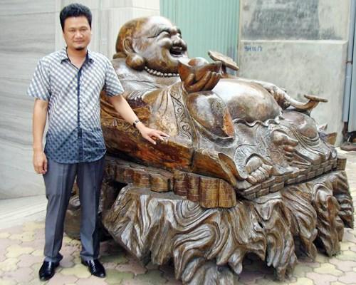 Pho tượng Phật Di Lặc bằng gỗ cao 1,5 mét, rộng 2,4 mét, nặng tới năm tấn của đại gia Hà Thành Trần Đức Thuấn được coi là một trong những pho tượng gỗ 'khủng' ở Việt Nam.