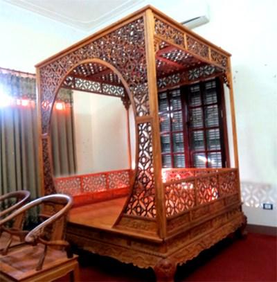 Trước khi dính vòng lao lý, Minh 'sâm' là một tay chơi đồ gỗ quý khét tiếng. Chiếc giường được làm từ gỗ huỳnh đàn đỏ nguyên khối của Minh 'sâm' theo ước tính trị giá rơi vào khoảng 2,5 triệu USD (khoảng 50 tỷ đồng).