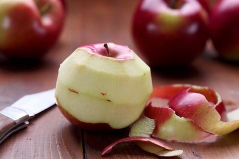 Vỏ táo giúp làm sạch xoong nồi nhôm hiệu quả