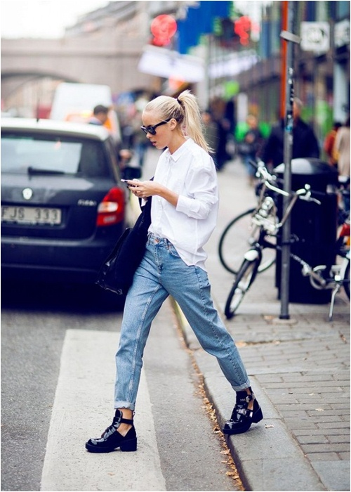 Áo sơ mi trắng kết hợp với quần jeans khiến cô nàng trông thật khỏe khoắn và cá tính