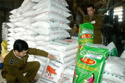 Cán bộ Chi cục quản lý thị trường tỉnh Ninh Bình kiểm tra và phát hiện thực phẩm chứa hóa chất