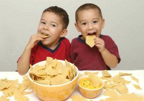 Các gia đình không nên cho trẻ ăn nhiều đồ ăn nhanh, chế biến sẵn, nhưng loại đồ ăn này dễ gây béo phì, bệnh tim mạch và huyết áp cho trẻ về sau