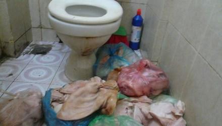 Thức ăn sẵn còn được chế biến trong nhà vệ sinh