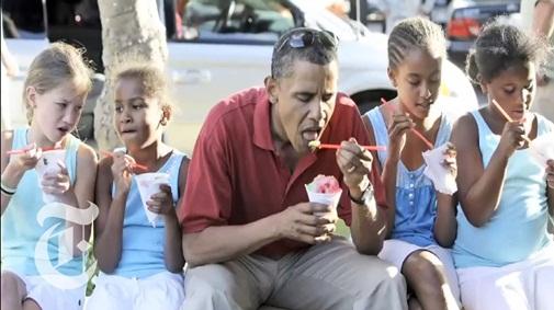 Ngồi giữa phố ăn kem cùng bạn của 2 cô con gái nhỏ