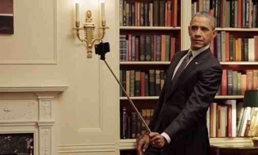 Nghiêng mình tạo dáng với một cây gậy tự sướng như một thanh niên ... xì tin