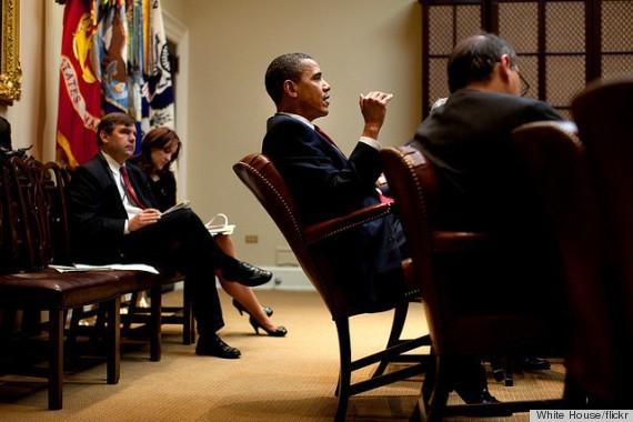 Tổng thống Obama đẩy ghế ngả về phía sau trong cuộc họp, một hành động rất hồn nhiên, được cho là hiếm gặp ở những chính trị gia khác. Ảnh: White House