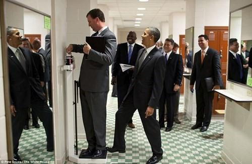 Tổng thống Mỹ đặt chân lên bàn cân của một nhân viên khiến những người xung quanh cười nghiêng ngả
