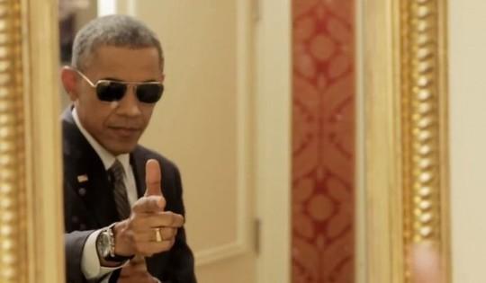 Ông Obama hài hước tạo dáng với kính đen như một siêu điệp viên và ngắm hình ảnh chính mình trước gương