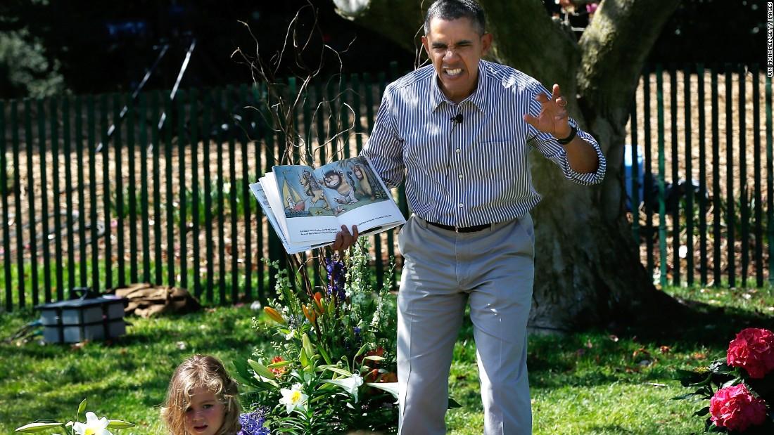 Ông Obama kể chuyện cho một bé gái trong khuôn viên Nhà Trắng với vẻ mặt rất biểu cảm