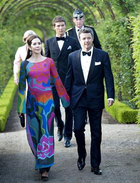 Trước đây, nhà thiết kế Sỹ Hoàng từng được Hoàng gia Đan Mạch đặt may áo dài cho Công nương và Nữ hoàng.