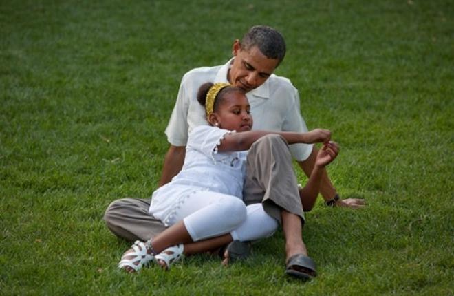Giây phút bình yên cùng con gái trên bãi cỏ nhà Trắng