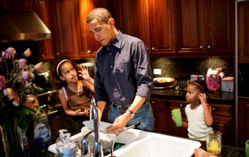 Trong một bài viết về những thay đổi trong cuộc sống gia đình từ những ngày mới sinh con cho đến khi vào Nhà Trắng,, ông Obama viết:  Cứ 6h30 tối, dù bận thế nào, tôi cũng sẽ rời công việc, lên cầu thang và ăn tối với vợ, con. Đó là khoảnh khắc ''bất khả xâm phạm''.  Trong khoảng một tiếng ăn tối, tôi không muốn nghĩ đến việc của mình mà quan tâm đến vợ và các con. Tôi thường hỏi Malia và Sasha những câu phiền phức mà các ông bố bà mẹ nào cũng hỏi như: ''Ở trường hôm nay thế nào? Bạn bè của con ra sao? Con đã làm xong bài tập chưa? Con đang nghĩ gì?''. Đổi lại, các con thích trêu đùa tôi về đôi tai lớn hay cách ăn mặc quần áo tẻ nhạt của tôi. Michelle cũng vui vẻ hùa theo hai con gái.