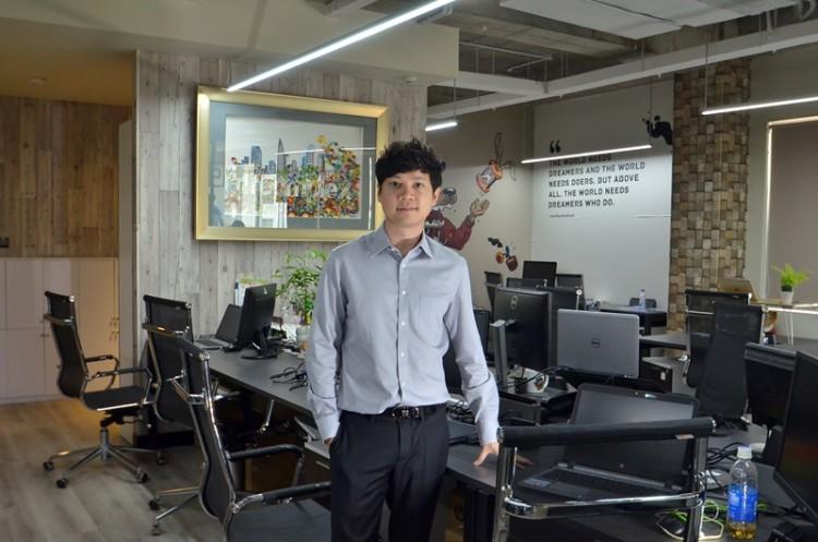Trung Tín sinh năm 1987, tốt nghiệp tại đại học Melbourne (Úc) năm 2011. Sau khi du học trở về, anh lập tức tiếp quản hoạt động Kinh doanh của gia đình.