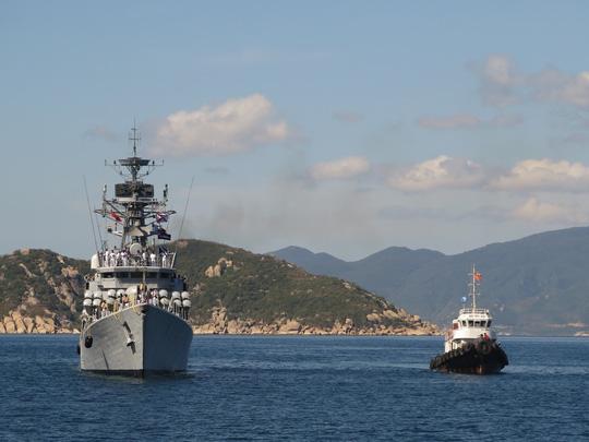 tin tức trên báo Tuổi Trẻ cho hay, ngày 30/5, 2 tàu chiến của Ấn Độ đã cập Cảng quốc tế Cam Ranh, tỉnh Khánh Hòa trong chuyến thăm 4 ngày nhằm tăng cường hợp tác quan hệ hợp tác giữa quân đội 2 nước. Ảnh: NLĐ