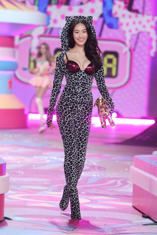 Thư Bồi từng trình diễn ở các tuần thời trang quốc tế, cho các thương hiệu như Chanel, Dior, Versace, Michael Kors...
