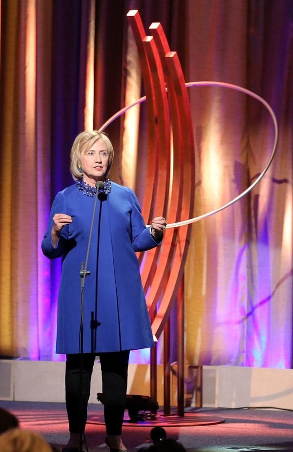 Cùng ngắm những trang phục đẹp nhất, siêu thanh lịch của nữ ứng viên Tổng thống Mỹ đầu tiên của đảng Dân Chủ.