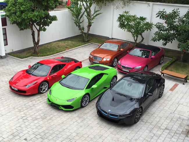 Phan Thành đã từng khiến dân chơi xe ''choáng'' khi liên tiếp sắm 3 chiếc siêu xe tiền tỷ khác nhau gồm BMW i8 màu xám bút chì, Lamborghini Huracan xanh cốm và Ferrari F12 Berlinetta trắng (21 tỉ).