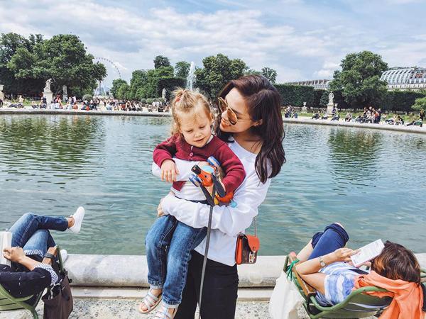 ''Hoa hậu Việt Nam 2014'' chia sẻ, lần đầu tiên cô được đến thành phố này và quả thật ''lời đồn'' không sai khi ''ở Paris chỉ cần đưa máy ảnh lên là có ảnh đẹp, điều này thật không thể phủ nhận''.