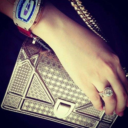 Cô từng khoe chiếc đồng hồ hiếm giá trị cao,  chỉ có 2 chiếc trên thế giới