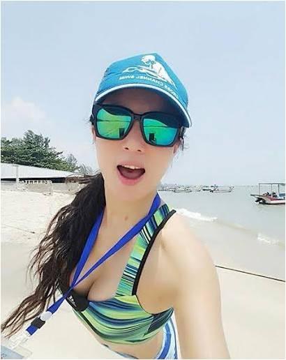 Cô Ye đến từ Hà Nam (Trung Quốc) là một bà mẹ một con đã gần 50 tuổi. Tuy nhiên, cô sở hữu một gương mặt xinh đẹp, trẻ trung như gái 20 và một cơ thể săn chắc của một teengirl.